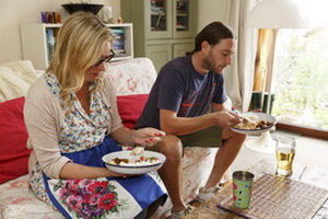 Просмотр телевизора во время еды может быть опасен