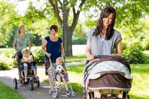 Детей в колясках надо закрывать от вредных выхлопов
