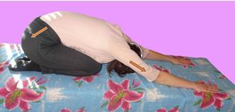 Рис. 15. Релаксация поясничных мышц дистракционными движениями туловища в положении сидя на пятках