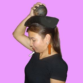Рис. 6. Тренировка сегментарных мышц шеи в положении стоя с грузом на голове