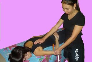 Рис. 10. Вариант мобилизация плечевого сустава в направлении внутренней ротации в положении на животе при некотором стихании болевого синдрома