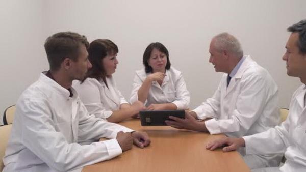 Министр здравоохранения: российские врачи не умеют общаться и неосторожны в работе
