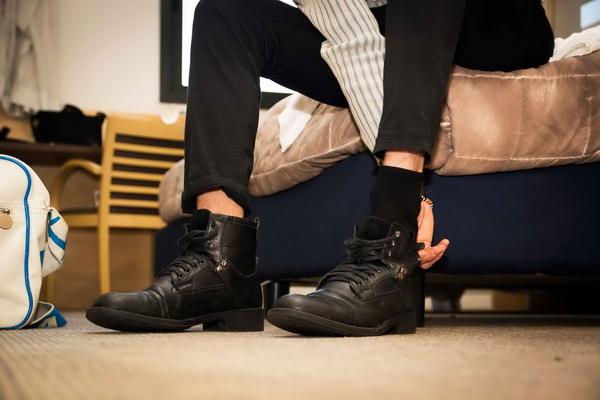 Ходить дома в уличной одежде и обуви опасно