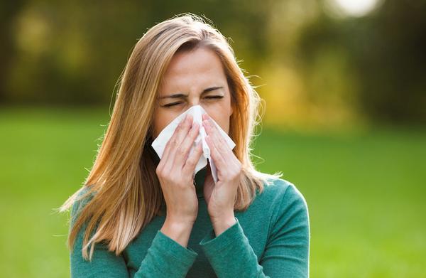 Почему вредно чихать, зажимая нос