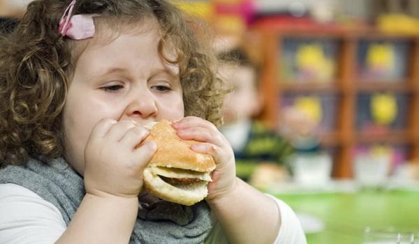 Лишний вес критически опасен для девочек