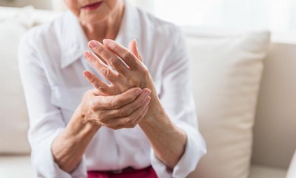 Почему женщины болеют артритом: игра гормонов и нехватка витамина Д